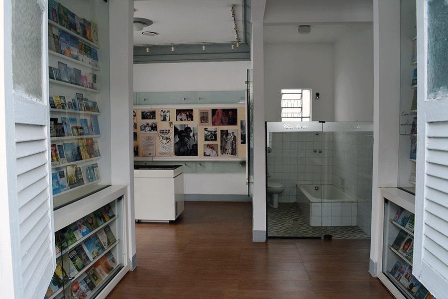 Em um cômodo, estão reunidos todos os 464 livros psicografados pelo médium, além de publicações biográficas e versões traduzidas.