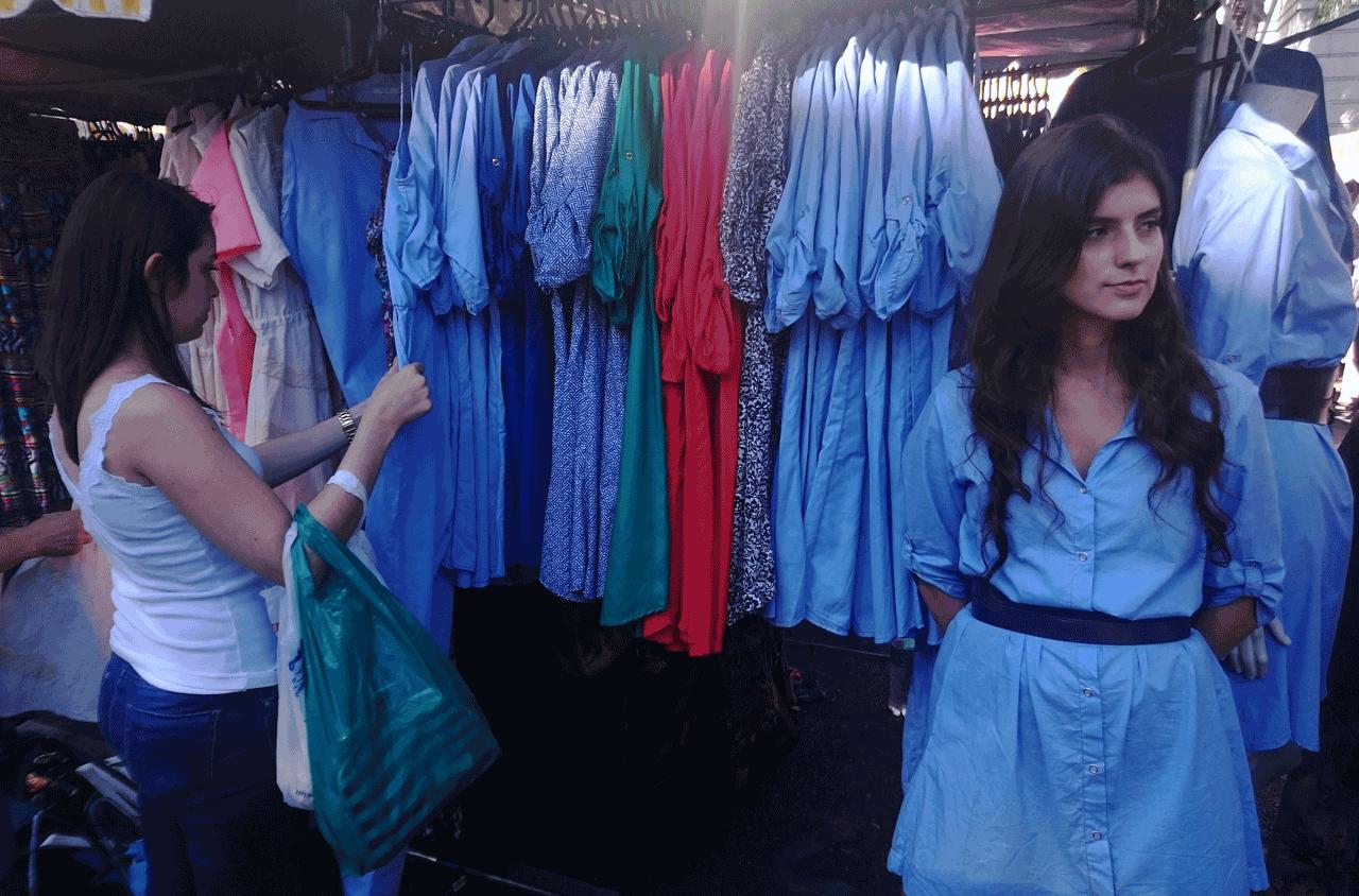 Vendedora-Provadora-Feira-Hippie