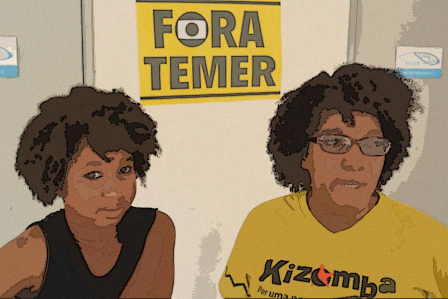 """Mãe e filha, que está terminando o Ensino Fundamental, apoiam a ocupação, doam donativos e participam de atividades na escola. """"Eu acho muito importante que a gente entenda o momento politico que a gente tá vivendo hoje. É um momento que interfere na vida da gente, no processo de educação de toda a população brasileira"""", afirma a mãe."""