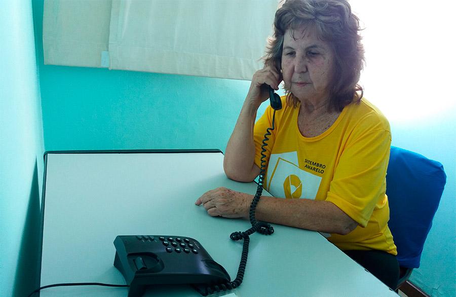 Ordália, voluntária do CVV há 20 anos, em uma das salas de atendimento por telefone da casa