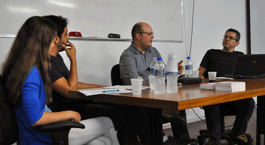 Da esquerda para a direita: os repórteres Júlia Valadares e Bruno Fonseca, o entrevistado Fabiano Angélico e o professor de Comunicação Carlos D'Andréa.